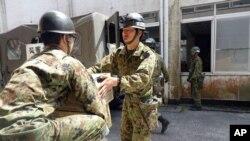 Quân đội mang phẩm vật cứu trợ tới trung tâm tạm trú mớ ở Minamiaso, quận Kumamoto, Nhật Bản, ngày 19/4/2016.