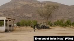 Des militaires camerounais du bataillon d'intervention rapide à la frontière entre le Cameroun et le Nigeria à Kerawa dans l'extrême-nord, le 6 janvier /2021 (VOA/Emmanuel Jules Ntap)