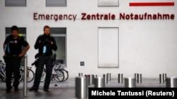 德國警察守衛在俄羅斯反對派領袖納瓦爾尼正在接受治療的一家柏林的醫院外。(2020年8月24日)