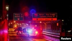 Una caravana de vehículos que se cree transporta al encarcelado narcotraficante mexicano Joaquín 'El Chapo' Guzmán, cruza el puente Brooklyn en Nueva York, de camino a la Corte Federal de Brooklyn. Octubre 30 de 2018. Reuters/Eduardo Muñoz.