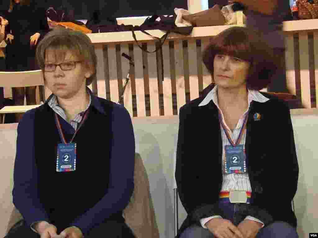 同性恋家庭阿廖娜(右)和玛丽娜(左)