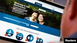 미국 뉴욕에서 한 남성이 정부의 건강보험 웹사이트에서 가입신청을 하고 있다.