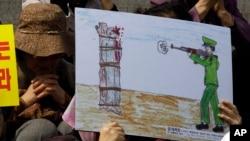 Gambar eksekusi publik di Korea Utara dalam demonstrasi HAM di Seoul. (Foto: Dok)