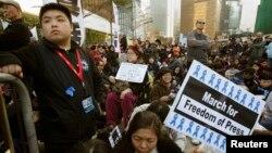 Dân Hong Kong biểu tình bên ngoài văn phòng của trưởng quan hành chánh yêu cầu được quyền tự do ngôn luận và tự do báo chí