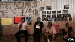 香港和平占中发起人戴耀廷(中)表示8月31日可能将举行占中启动仪式。(美国之音汤慧芸拍摄)