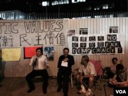 香港和平佔中發起人戴耀廷(中)表示8月31日可能將舉行佔中啟動儀式 (湯惠芸攝)