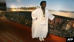 "Romuald Hazoume, artiste du Bénin, devant son œuvre ""Dream"" (2007) exposée à la documenta, 15 juin 2007."
