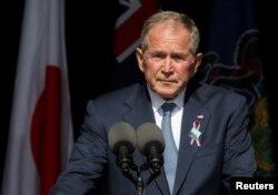 Mantan presiden George W. Bush berpidato dalam acara peringatan 20 Tahun serangan teror 11 September di monument Flight 93 National Memorial di Stoystown, Pennsylvania, Sabtu, 11 September 2021. (Foto: Evelyn Hockstein/Reuters)