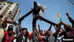 Ljudi spaljuju lutku koja predstavlja Pakistan tokom slavlja nakon što su indijske vlasti sapštile da su izvele vazdušni udar na kamp militanata na pakistanskoj teritoriji, u Ahmedabadu, Indija, 26. februara 2019.