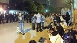 失联客机家人在马使馆外静坐抗议