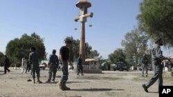 Polisi Afghanistan mengamankan lokasi di sekitar terjadinya bom bunuh diri di Khost, selatan Kabul, Afghanistan (1/10).