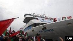 Тысячи людей встречали судно Mavi Marmara в порту Стамбула 26 декабря 2010 года
