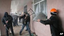 Demonstran pro-Rusia merebut gedung polisi di Horlivka, Ukraina timur yang bergejolak hari Senin (14/4).