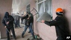 Штурм отдела милиции в городе Горловка. Украина, 14 апреля 2014г.