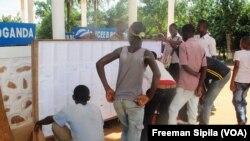 Des élèves du Lycée B Boganda de Bangui cherchent leurs noms sur les listes, en Centrafrique, le 2 octobre 2017. (VOA/Freeman Sipila)
