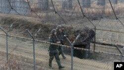 سرحد پر موجود شمالی کوریا کے فوجی اہلکار