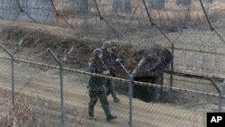 韩国军人在与朝鲜的分界线附近巡逻。