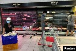 Khách tìm mua thức ăn giữa những kệ hàng gần như trống trơn ở Thành phố Hồ Chí Minh, ngày 2`1 tháng 8, 2021.