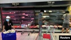 Các kệ hàng hóa trong siêu thị ở Sài Gòn gần như trống không. Hình chụp ngày 21 tháng Tám.