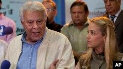 El expresidente del gobierno español, Felipe González, habla con los reporteros junto a Lilian Tintori antes de salir de Caracas.