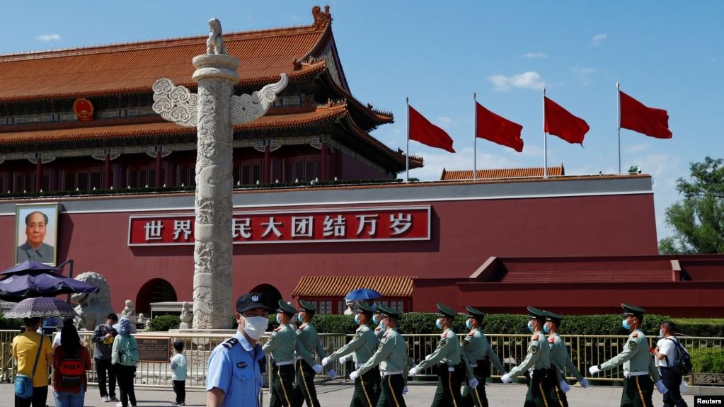 中国武警和警察在天安门巡逻。(2020年5月19日)