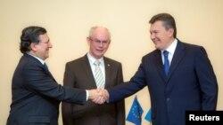 Tổng thống Ukraina Viktor Yanukovich (phải) bắt tay Chủ tịch Ủy ban châu Âu Jose Manuel Barroso (trái) bên cạnh chủ tịch EU, ông Herman van Rompuy ở Vilnius 28/11/2013. REUTERS/Mykhailo Markiv/Ukrainian Presidential Press Servi