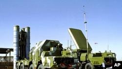 俄罗斯一个未公开地点停放着一个S-300防空导弹发射装置(左)和一个S-300导弹制导站(右)(2011年资料照)
