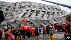 在台湾的台南,救援人员搜索一座倒塌的建筑(2016年2月6日)