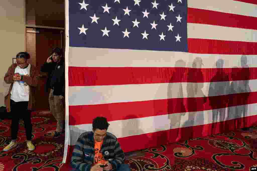 در انتخابات درون حزبی دموکراتها در آیووا، انتخابات به شکل حضور پای صندوق رای نیست و نامزدها در انجمنها حضور میابند و گروهی نظرشان را درباره نامزدها ابراز میکنند.