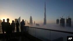 """Para pengunjung mengambil foto """"Burj Khalifa"""" di Dubai, Uni Emirat Arab (foto: ilustrasi)."""
