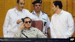 穆巴拉克和他的两个儿子9月14日在法庭听证会上