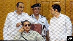 Cựu Tổng thống Ai Cập Hosni Mubarak và 2 người con tại toà ở Cairo, Ai Cập, 14/9/2013