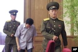 북한은 15일 평양에서 외신기자들과 외교관들을 상대로 기자회견을 열고 국정원의 지시로 북한 고아를 납치하려 한 탈북자를 체포했다고 주장했다. 사진은 탈북자 고현철(53)이 이날 기자회견을 위해 입장하는 모습.