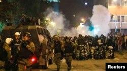 2017年4月27日,马其顿防暴警察封锁议会附近街道.