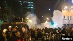 2017年4月27日,马其顿防暴警察封锁议会附近街道/