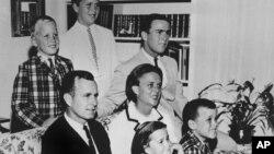 Ảnh gia đình Bush năm 1964. Tổng thống George H.W. Bush ngồi trên ghế với vợ, bà Barbara, và các con. Tổng thống George W. Bush ở bên phải ngay đằng sau mẹ. Đứng đằng sau ghế là Neil and Jeb Bush.