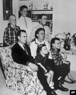 ພາບຖ່າຍໃນປີ 1964 ຂອງຄອບຄົວທ່ານ George H.W. Bush ກັບພັນລະຍາຂອງທ່ານ (ທ.ນ. Barbara) ແລະລູກຂອງພວກເພິ່ນທັງ 6 ຄົນ