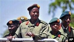 A wannan hoton, shugaba Yoweri Museveni na Uganda yana murmushi lokacin da yake duba fareti a Soroti, Uganda, lokacin bukukuwan cikar shekaru 30 da kafa rundunar tsaron Uganda wadda a da ita ce kungiyar tawaye ta National Resistance Army. An dauki wannan