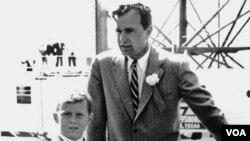 """Atamla """"Əqrəb"""" adlı ilk və inqilabi offşor platformasının açılışında, 1956. Zapata neft şirkətində qazandığı təcrübə Buşun lider kimi xarakterini formalaşdırmaqda mühüm rol oynadı."""