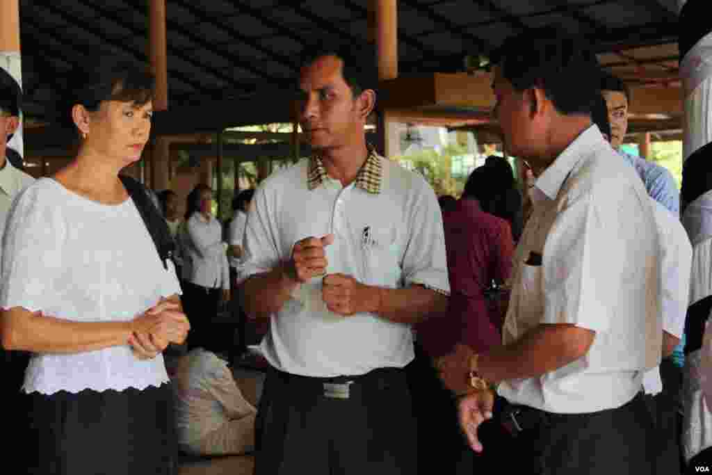 Mou Sochua, (left) Cambodia National Rescue Party member and Am Sam Ath, (middle) lead investigator for the rights group Lichado  joins Chan Soveth's human investigator for local NGO, Adhoc, December​ 11, 2014.  (Nov Povleakhena/VOA Khmer)