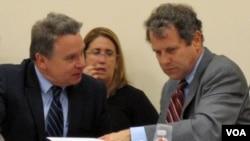 美国国会及行政当局中国委员会的主席布郎参议员(右)和共同主席史密斯众议员在过去的一次听证会上交谈