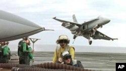 美國戰機從航空母艦升空參與美日軍事演習
