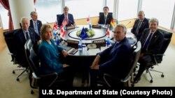 ລັດຖະມົນຕີຕ່າງປະເທດສະຫະລັດ ທ່ານ John Kerry, ກາງດ້ານຊ້າຍທາງຫຼັງ, ໄຂກອງປະຊຸມ ຂັ້ນລັດຖະມົນຕີ ກຸ່ມ 7 ປະເທດ ຫຼື G-7 ຮອບທຳອິດ ກັບຄູ່ຮ່ວມງານ ຈາກການາດາ, ສະຫະພາບຢູໂຣບ, ຝຣັ່ງ, ເຢຍຣະມັນ, ອີຕາລີ, ຍີ່ປຸ່ນ and ອັງກິດ ຢູ່ໂຮງແຮມ Grand Prince ໃນນະຄອນ Hiroshima, ປະເທດຍີ່ປຸ່ນ, ວັນທີ 10 ເມສາ 2016.
