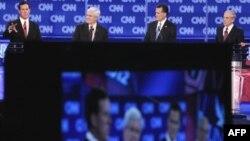 (справа налево) Рик Санторум, Ньют Гингрич, Митт Ромни, Рон Пол