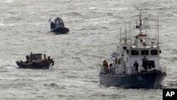 Tàu của lực lượng tuần duyên Hàn Quốc (phải).