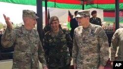 په افغانستان کې د امریکايي ځواکونو مشر جنرل جان نیکلسن د افغان پوځي مامورینو سره