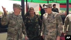 افغانستان میں امریکی فوجی جنرل نکولسن ، افغان کمان کرنل خان اللہ شجاع کے ساتھ۔ اگست 2017