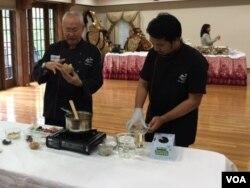 William Wongso beserta tim melakukan demo masak di acara Culinary Business Workshop di Washington, DC (dok: VOA)