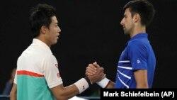 Novak Đoković i Kei Nišikori na mreži, posle četvrtfinala Australijen opena (Foto: AP/Mark Schiefelbein)
