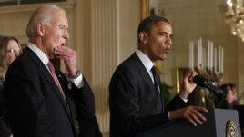 """Predsednik Obama daje izjavu o """"fiskalnoj provaliji"""" u Beloj kući. Iza njega je potpredsednik Džo Bajden."""
